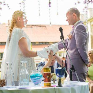 Brautpaar bei der Handfasting Zeremonie.