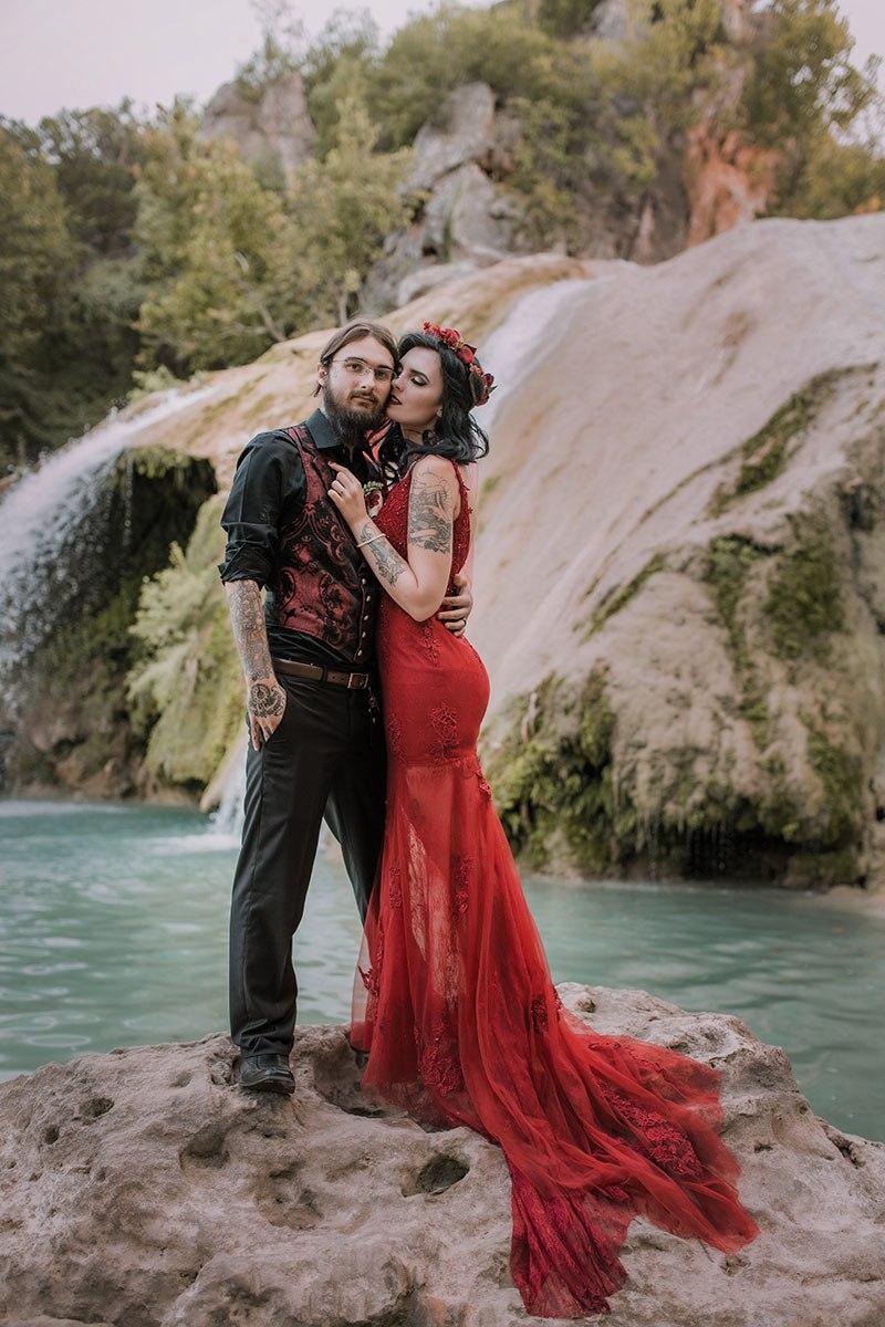 Eine Waldhochzeit in rot-schwarz ~ Weird Wedding
